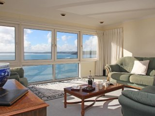 HAMILTON PLACE penthouse apartment in Falmouth, big sea views, walk to resort