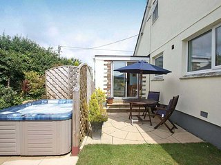 RESPRYN, hot tub, patio, walk to shops and pubs, in Mevagissey, Ref 959219