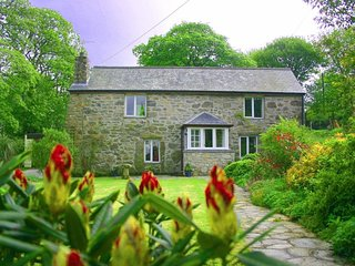 THE BARN pretty stone cottage, large garden, rural location, Ref 959199
