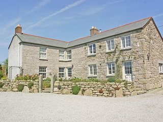 THE FARMHOUSE, large gardens, pet friendly, two en-suite bedrooms, just outside