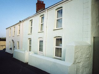 CLIFFWELL HOUSE, beachside house, short walk to pubs and restaurants, facing