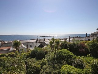 THE LOOKOUT semi-detached Victorian cottage in Mousehole, sea views, sun room, t