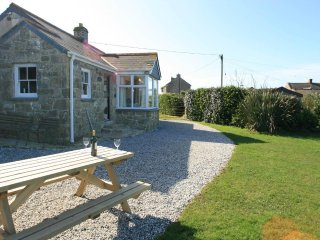 WELLFIELD COTTAGE granite bungalow, seaview, open fire,large garden in Sennen