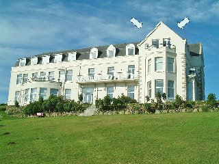 HEADLAND APARTMENT 17 seaviews, balcony, beach, pub and shops within walking