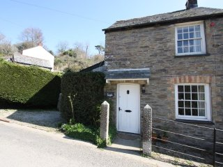 TREVAYLOR, traditional cottage, open fire, garden in Herodsfoot, 6 miles from