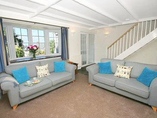 BAYVIEW a cottage, enclosed courtyard, pet friendly, walking distance to beach