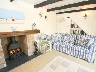 SEAGULL COTTAGE, beach 10 minute walk, wood burner, parking, WiFi, pubs/restaura