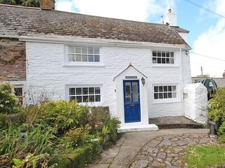BLUE COTTAGE a traditional cottage, takes a pet, pretty garden, close to the bea