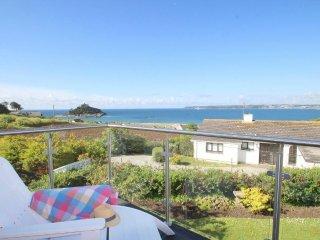 THE VIEW, a spacious house, sea views, 2 x king size bedrooms with ensuite, encl