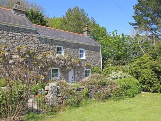 WOODPECKER COTTAGE WiFi, woodburning stove, pretty garden, near Helston Ref 9590