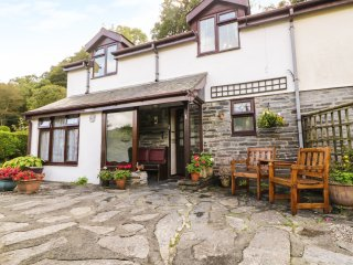 1 AR YR AFON, upside down cottage, juliet balcony, pet friendly, in Abergynolwyn
