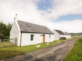 CNOCACHANACH COTTAGE, isolate, wifi, cosy and tranquil, near Tarbert, ref:958924