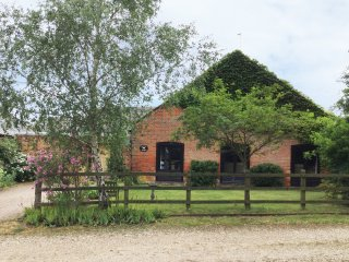 DAIRY BARN, sleeps twelve, three bathroom, pet friendly, woodburner, Clippesby,