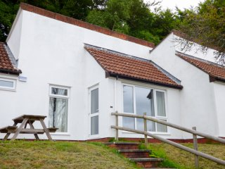 27 MANORCOMBE BUNGALOWS, cosy, terraced, on-site leisure facilities, near Gunnis