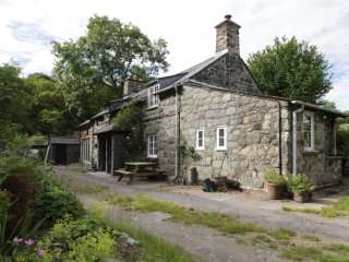 BRONANT, two bedrooms, garden with furniture, rural location, near Dolgellau, Re