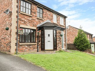 HADRIAN'S LODGE, open plan sitting area, garage, close to town centre, in