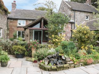 BUTTERLANDS FARMHOUSE, en-suite bedrooms, open fire, countryside, in Biddulph