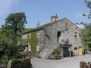 THE GRANARY, HURRIES FARM sleeps three, off road parking, stone built, open