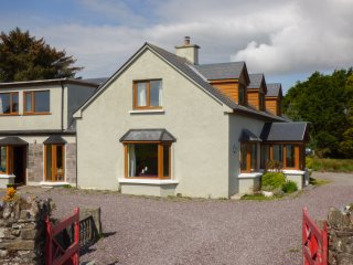 TIGH AN DROICHID, en-suites, woodburning stove, close to seaside, Ballinskelligs