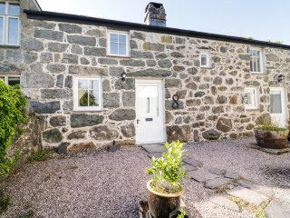 BRYN ABER BACH, woodburning stove, garden with patio, in Llangybi, Ref. 957614