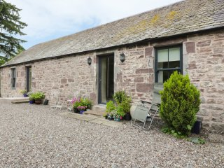 THE GARDEN COTTAGE, access to castle gardens, open plan, near Dunblane, ref