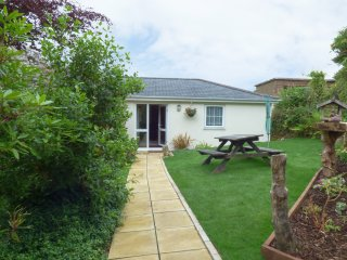 HUNTERS LODGE, pet friendly, WiFi, garden, in Lanner, near Redruth, ref 957338