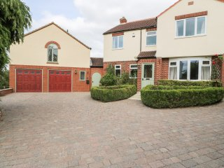 ROSE LODGE, open plan living, Juliet balcony with views, king size bed, near
