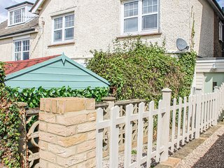 SAXON WAY COTTAGE, two floor maisonette, lovely countryside views, White Cliffs