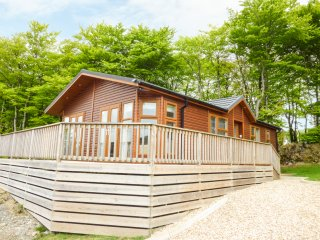 LODGE 9, French doors, wooden veranda, en-suite, Ref 956471