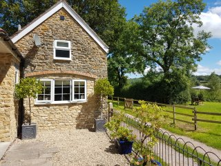 THE RETREAT, en-suite, stone-built cottage,romantic, near Wincanton, Ref 956472