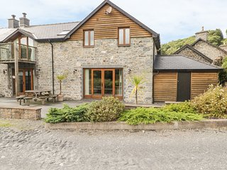 YR HEN TY COETS, four bedrooms, log burner, garden with patio, in Talybont, Ref.