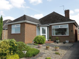 ALBERTS LODGE, open fire, three bedrooms, garden with patio, near Lincoln, Ref.