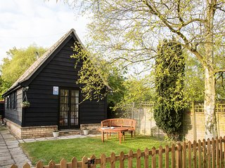 THE FORGE, romantic, cosy, enclosed garden, pets welcome, Abbots Ripton, Ref 957