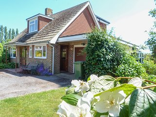 BETTY'S COTTAGE, charming, conservatory, countryside views, WiFi, near