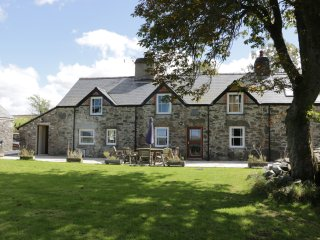 FARMHOUSE, woodburners, BBQ, patio, near Betws-y-Coed, Ref 955872