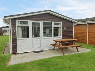 CHALET H7, near the coast, flexible accomodation, decking area, in St Merryn, re