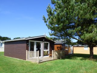 CHALET 184, family-freindly, decking area, holiday park, near coast, in St Merry