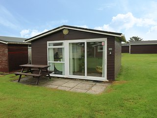 CHALET 157, open-plan living, shared utility, holiday park, cosy, in St Merryn,