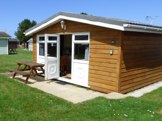 CHALET H5, decking area, holiday park, cosy and detached, in St Merryn