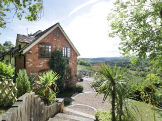 HILLVIEW COTTAGE, amazing views, en-suite, near Worcester, ref 955699