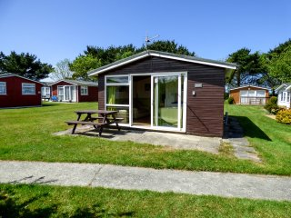 CHALET 209, cosy and detached, open-plan living, holiday park, in St Merryn, ref