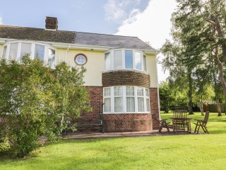 CULVERFIELD LODGE, annex attached to owner's home, bright, spacious, en-suite, s