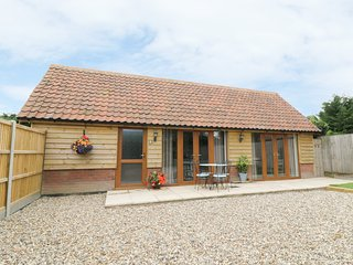 FOXLEY WOOD COTTAGE detached cottage, modern and beautifully furnished, pet