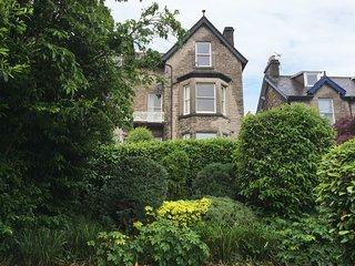 FLAT 3 FLAXFORD HOUSE, all second floor, four poster bed, amenities walking dist