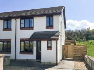 7 HARLYN COTTAGES, coastal location, enclosed garden, pet-friendly, three