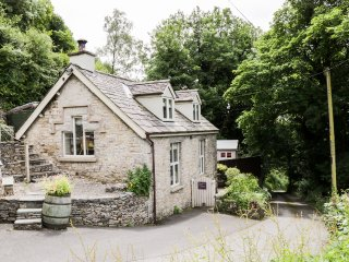 HONEYPOT COTTAGE, king-size, en-suite, woodburning stove, Brigsteer, Ref 955444
