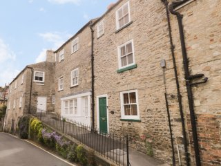 SWEET LASSIE COTTAGE, cosy, over three floors, WiFi, character, in Richmond, ref