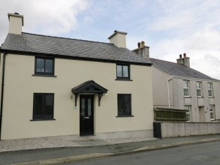 RHOSLAN, WIFI, views of Snowdonia National Park, contemporary cottage, near Caer