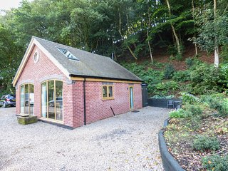 WOODLAND COTTAGE, large garden with pond, open plan, wheelchair friendly, near