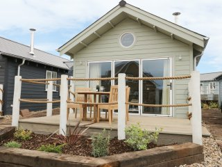 JUST BEACHY, pet friendly, woodburning stove, shared swimming pool, in Filey